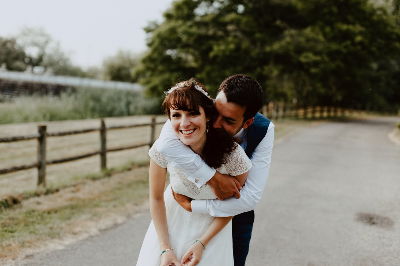 Mariage bohème nantes mariés rires