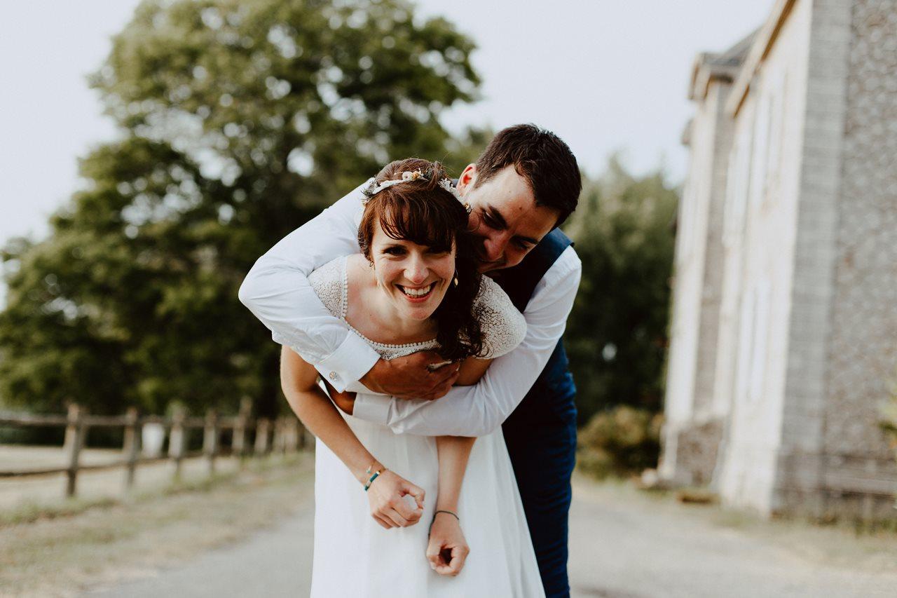 Mariage bohème séance couple canal migron portraits mariés rires
