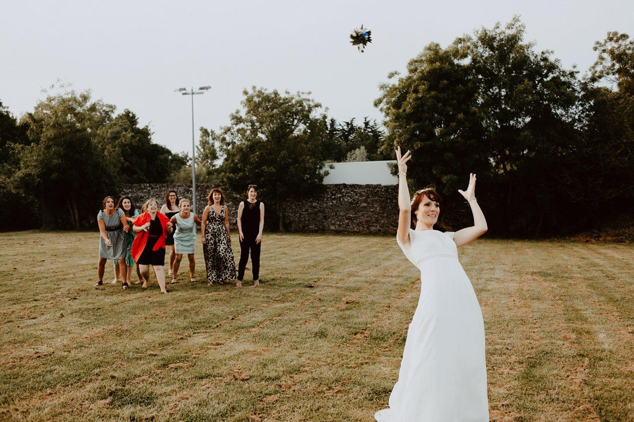 Mariage bohème séance couple lancer du bouquet mariée invités