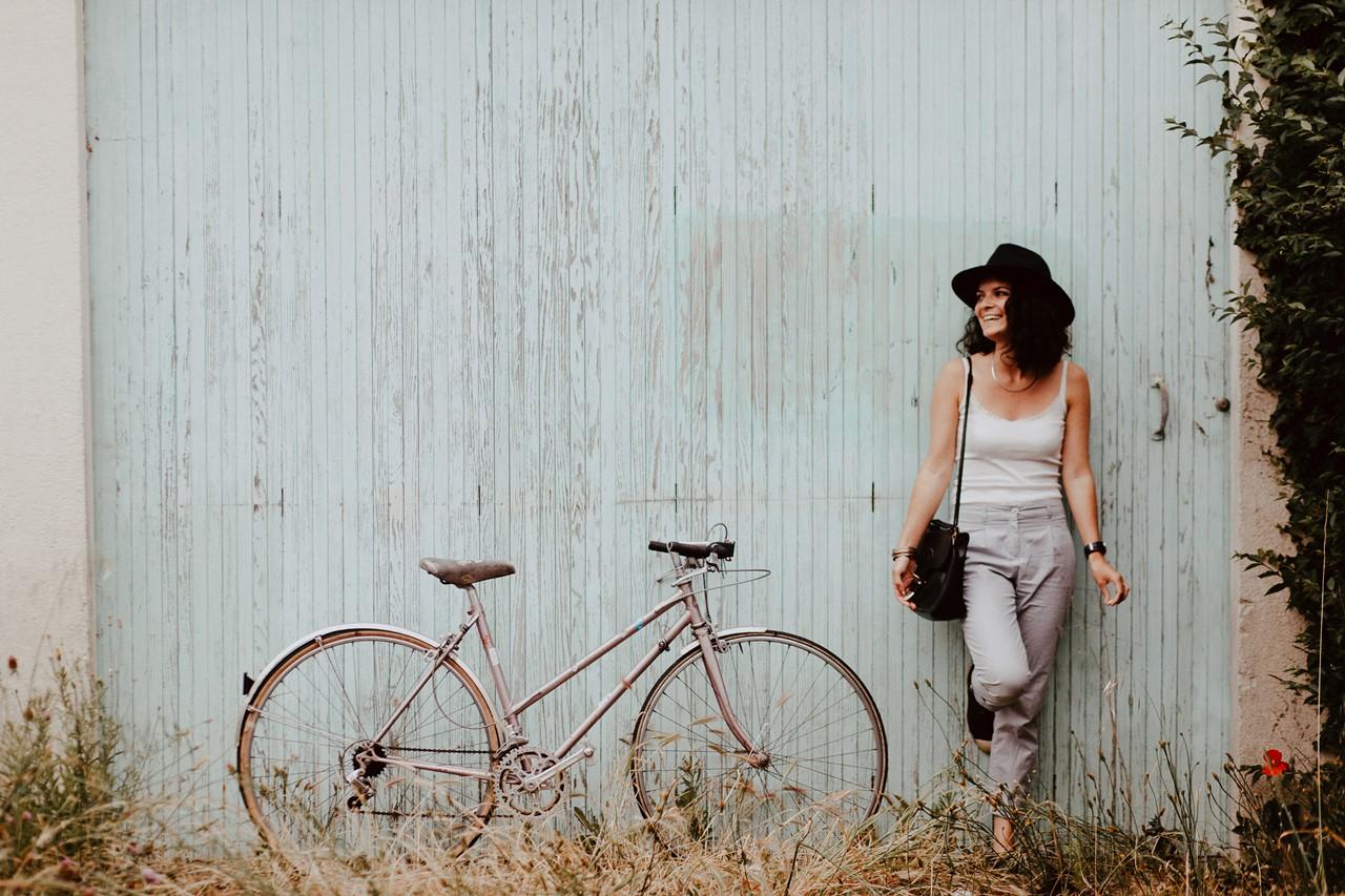 séance portrait lifestyle extérieur bicyclette rire