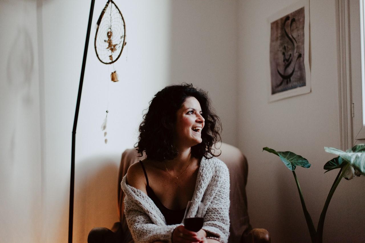 séance portrait femme intimiste cocooning rires