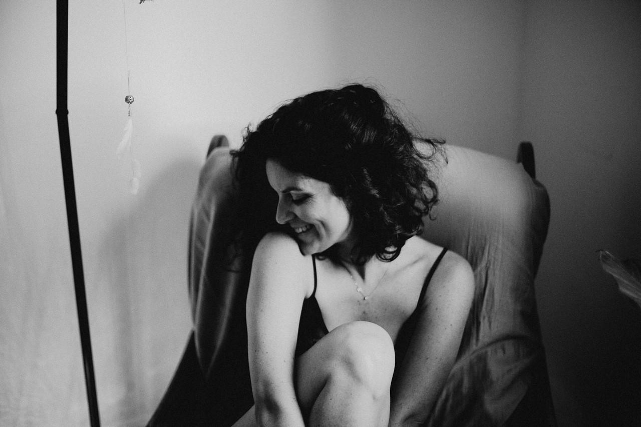séance portrait femme intimiste cocooning sourire noir et blanc