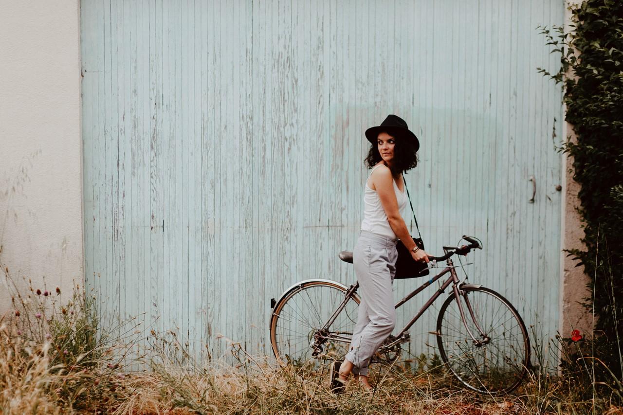 séance portrait lifestyle extérieur bicyclette french style