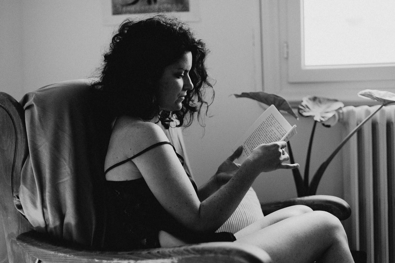 séance portrait femme intimiste lecture noir et blanc