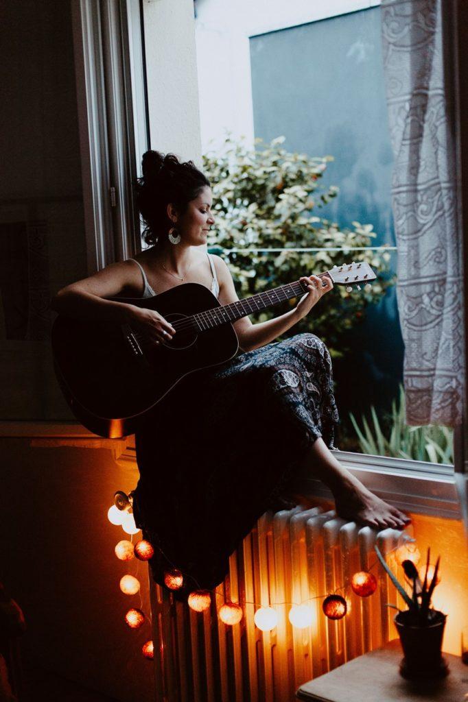 séance portrait femme intimiste fenêtre guitare guirlande lumière