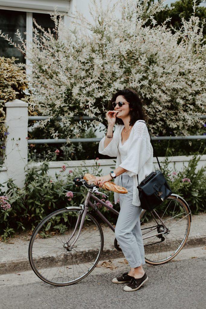 séance portrait lifestyle extérieur bicyclette french style baguette