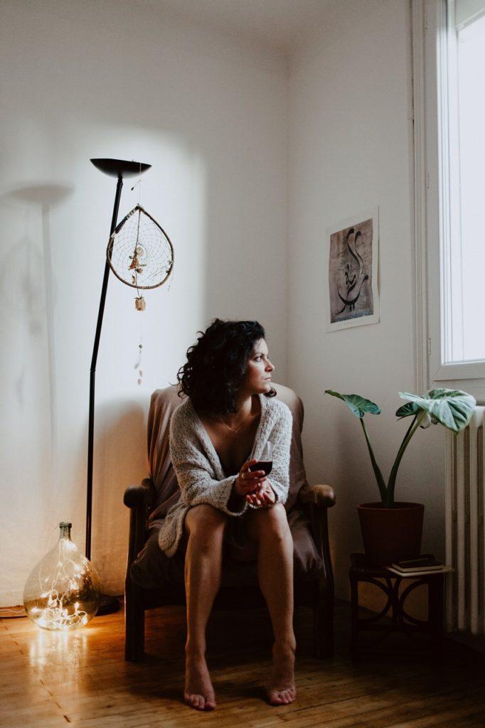 séance portrait intimiste maison lumière regarde fenêtre