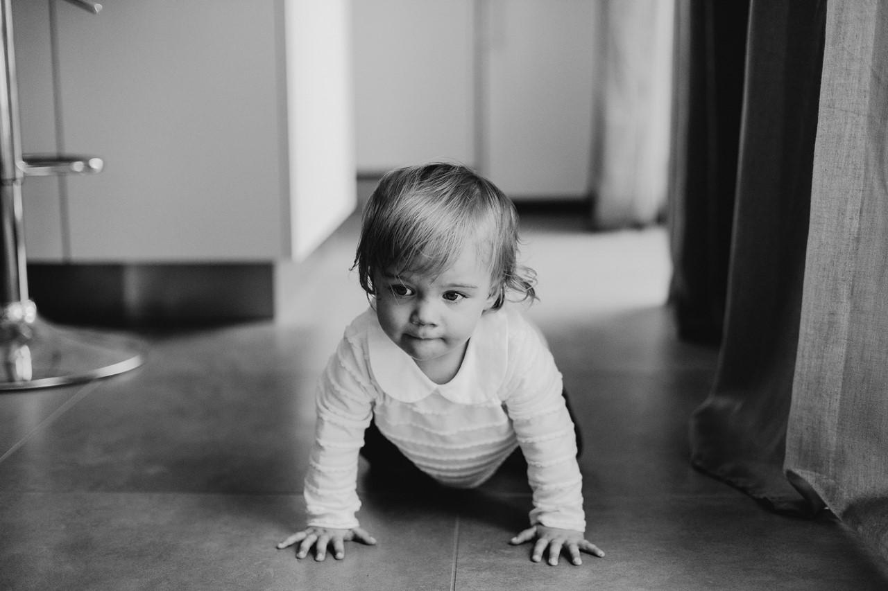 séance famille lifestyle maison portrait quatre pattes petite fille noir et blanc