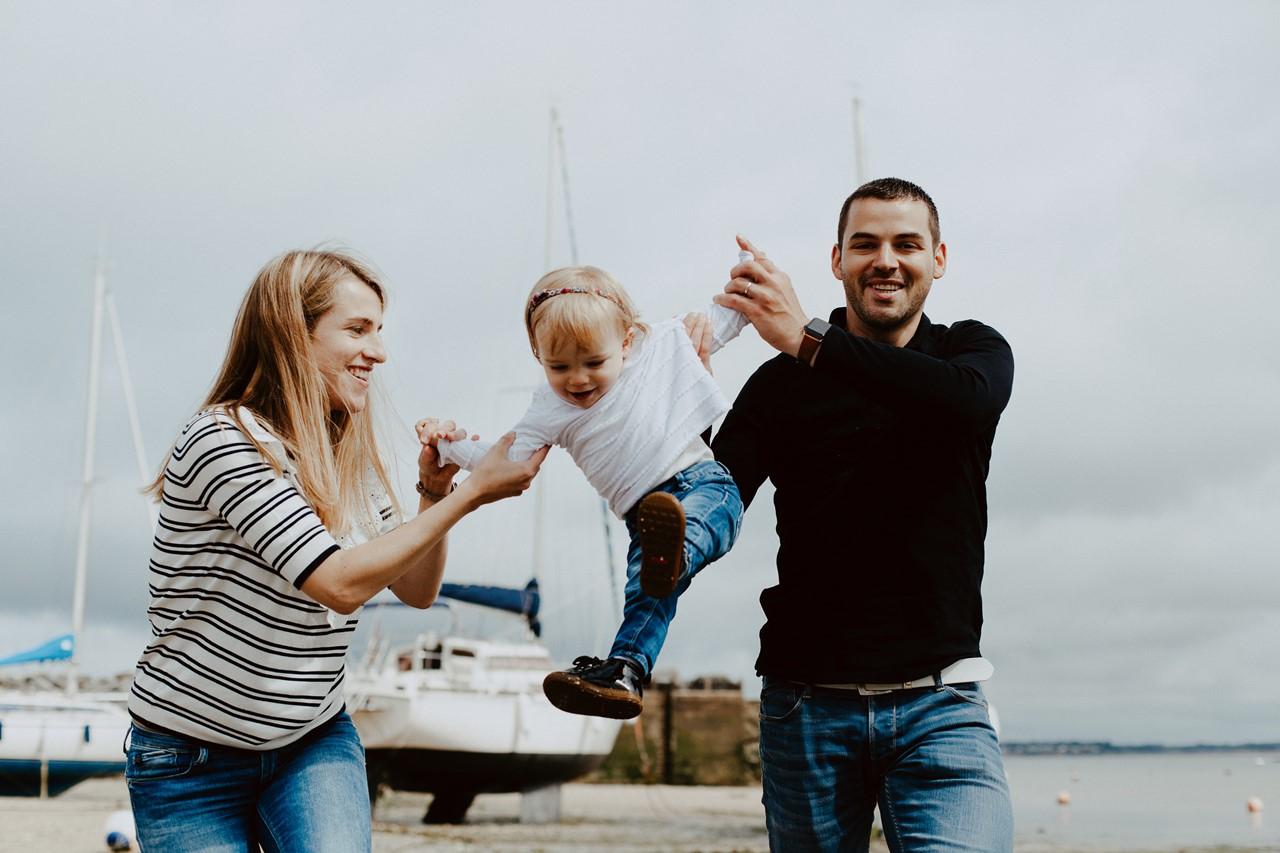 séance famille lifestyle plage parents enfant fun