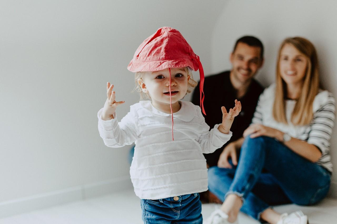 séance famille lifestyle maison enfant chapeau rires