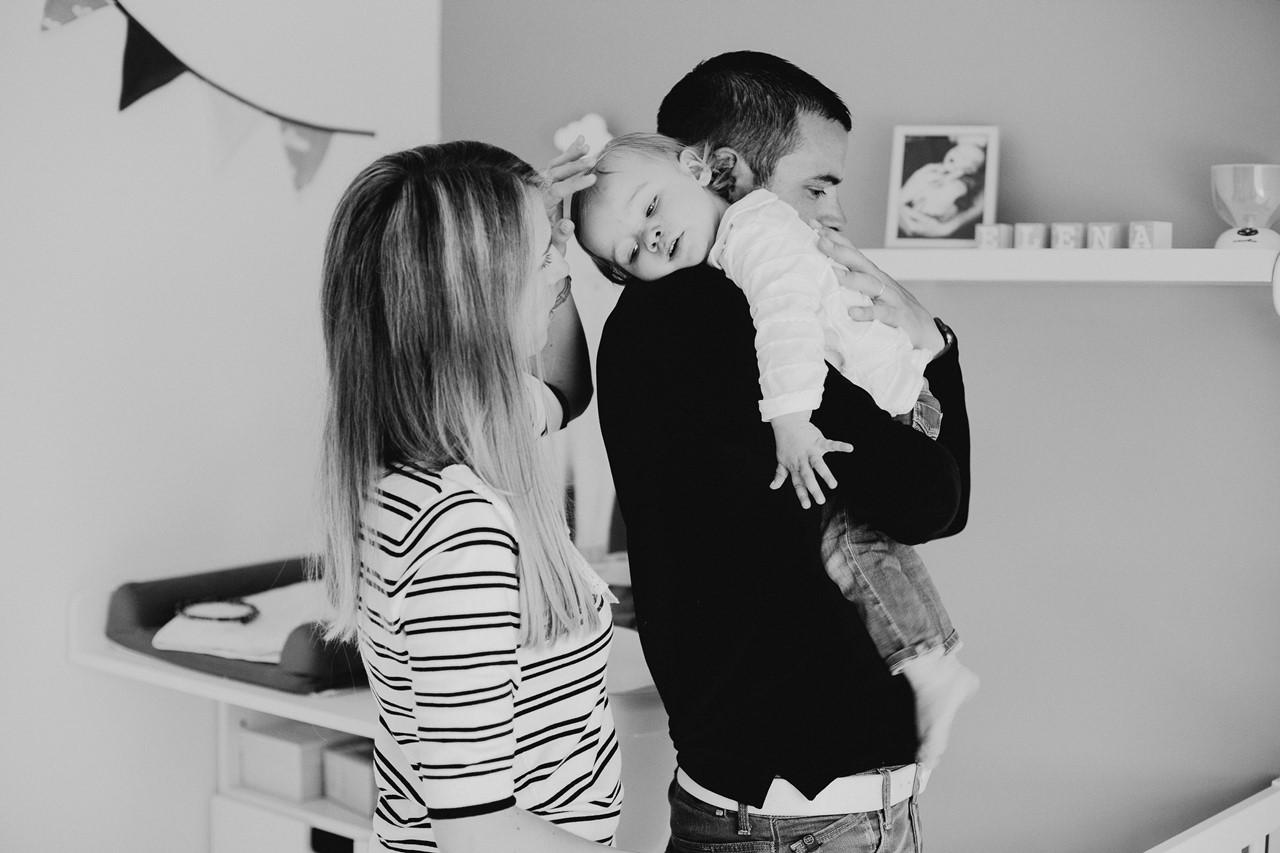 séance famille lifestyle maison calin parents enfant