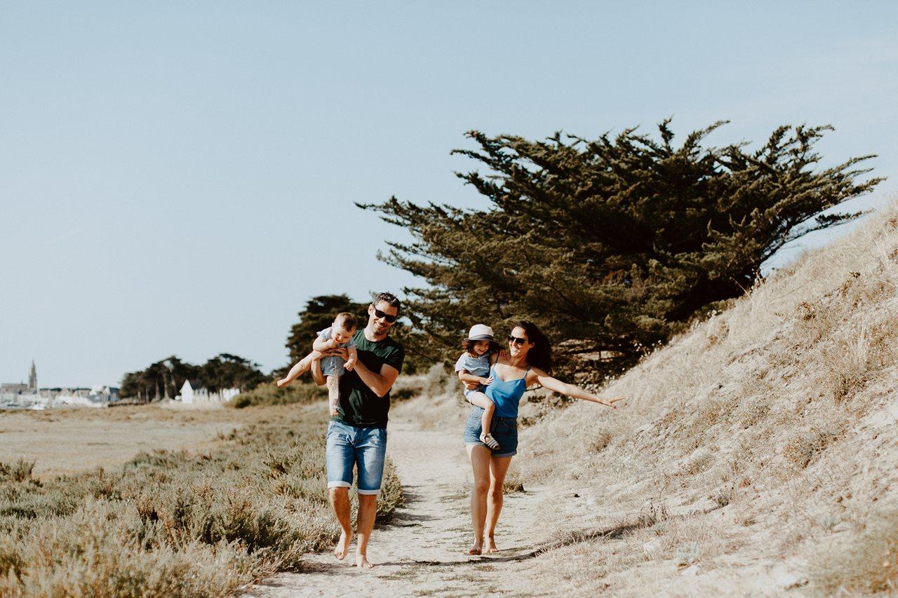 séance-photo-famille-Pen-Bron-portrait-parents-enfants-course-joie