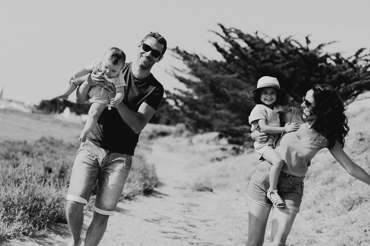 séance-photo-famille-Pen-Bron-portrait-parents-enfants-rires-noir-et-blanc
