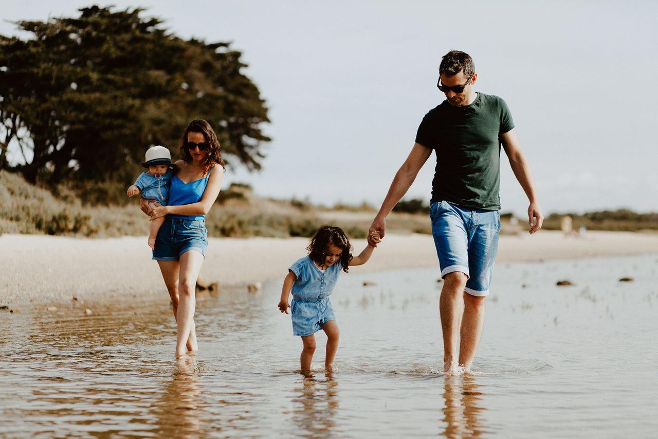 séance-photo-famille-Pen-Bron-parents-enfants-pieds-dans-l'eau