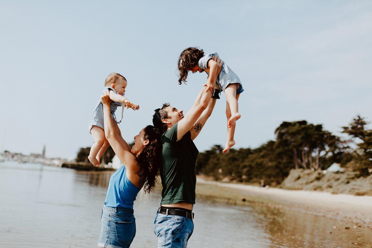 séance-photo-famille-La-Turballe-portrait-parents-enfants-rires-complicité