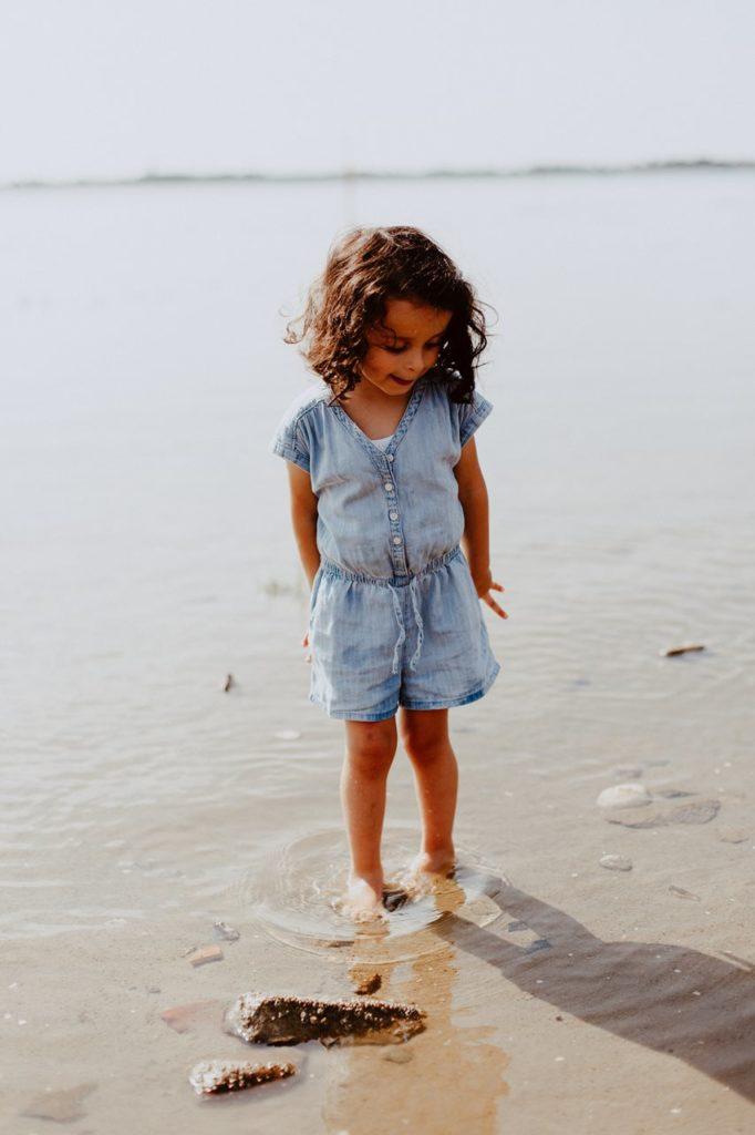 séance-photo-famille-La-Turballe-portrait-petite-fille-mer