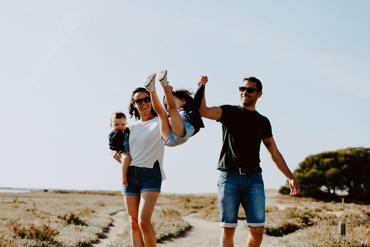 séance-photo-famille-La-Turballe-jeu-parents-enfants