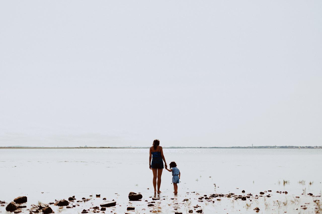 séance-photo-famille-La-Turballe-mère-fille-pieds-dans-l'eau