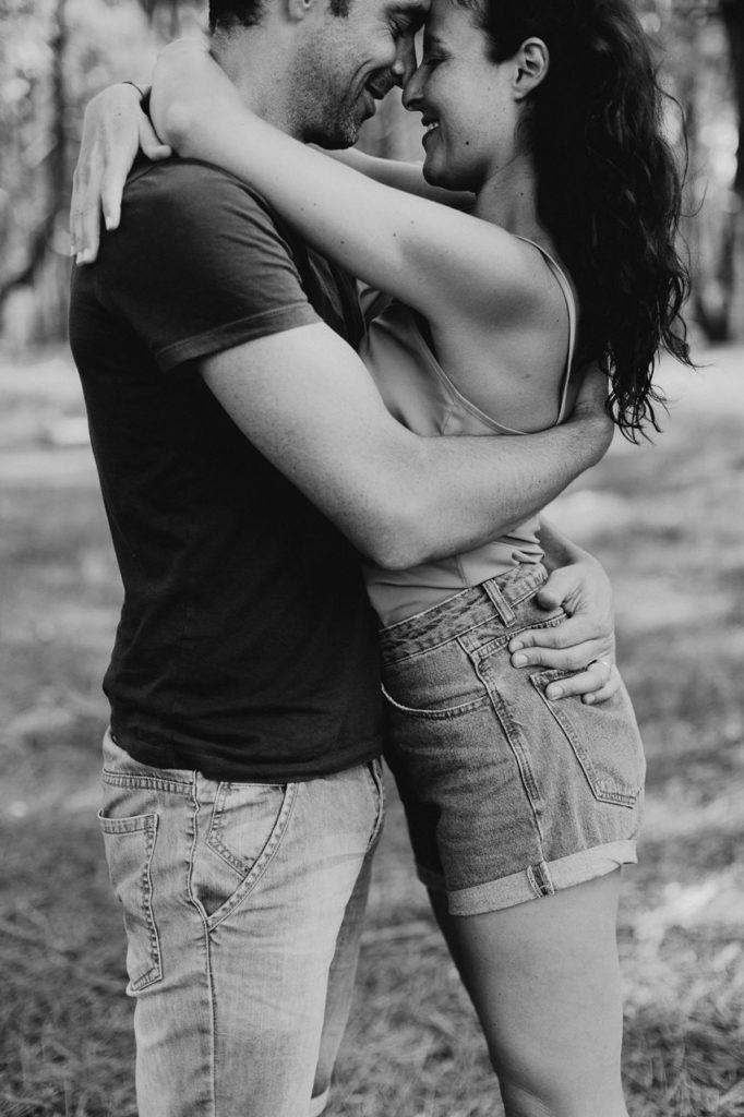 séance-photo-famille-La-Turballe-couple-passion-peau-a-peau-noir-et-blanc