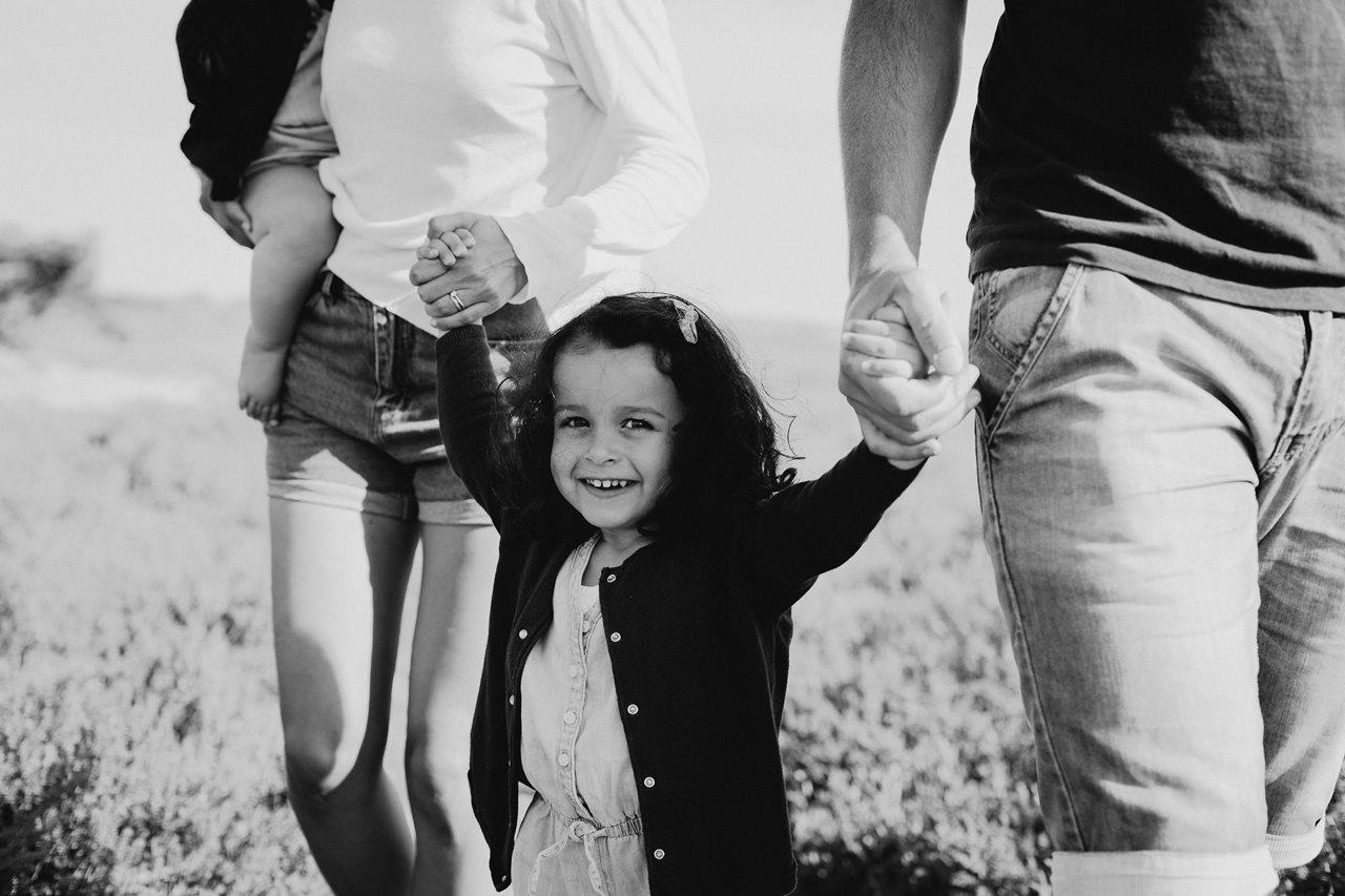 séance-photo-famille-La-Turballe-portrait-petite-fille-noir-et-blanc