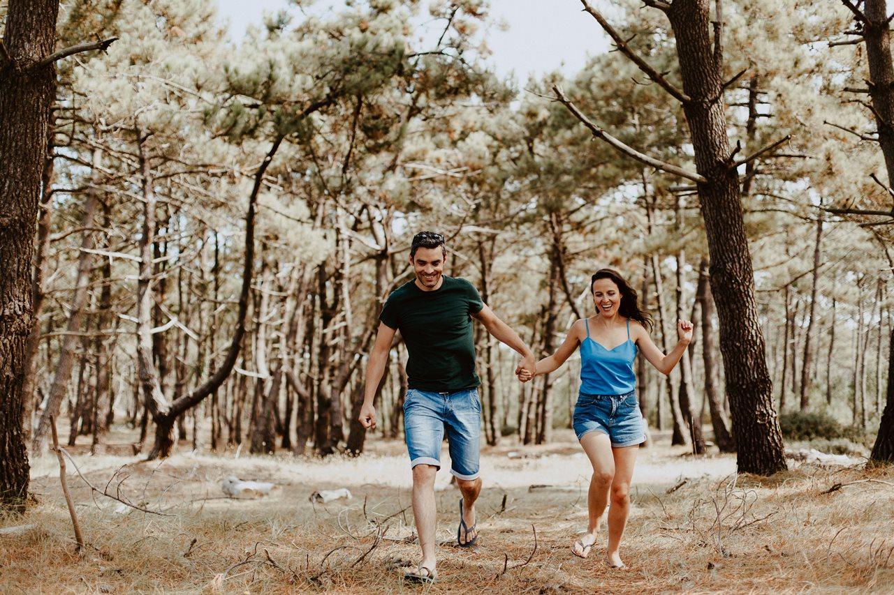 séance-photo-famille-La-Turballe-couple-rires-bois