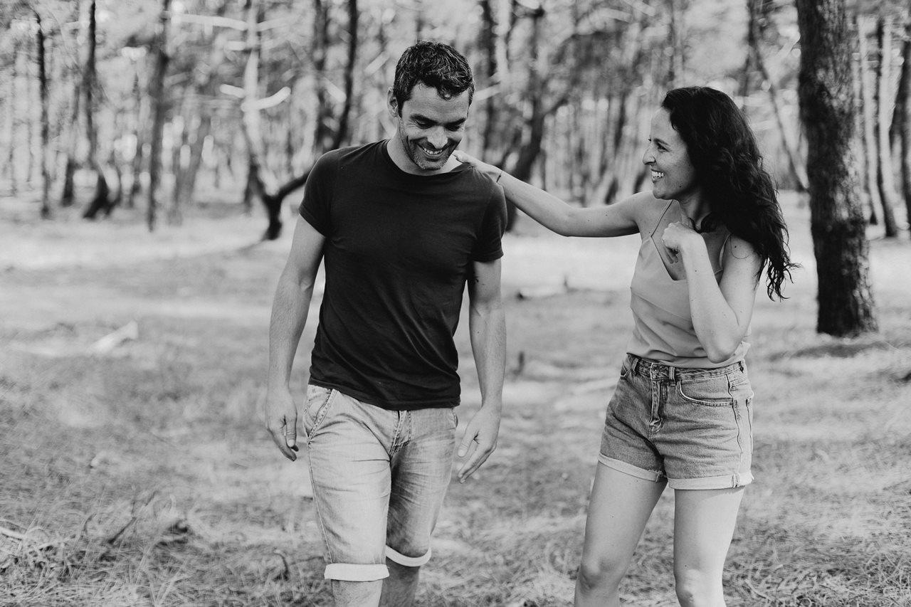 séance-photo-famille-Pen-Bron-couple-rires-complicité-noir-et-blanc