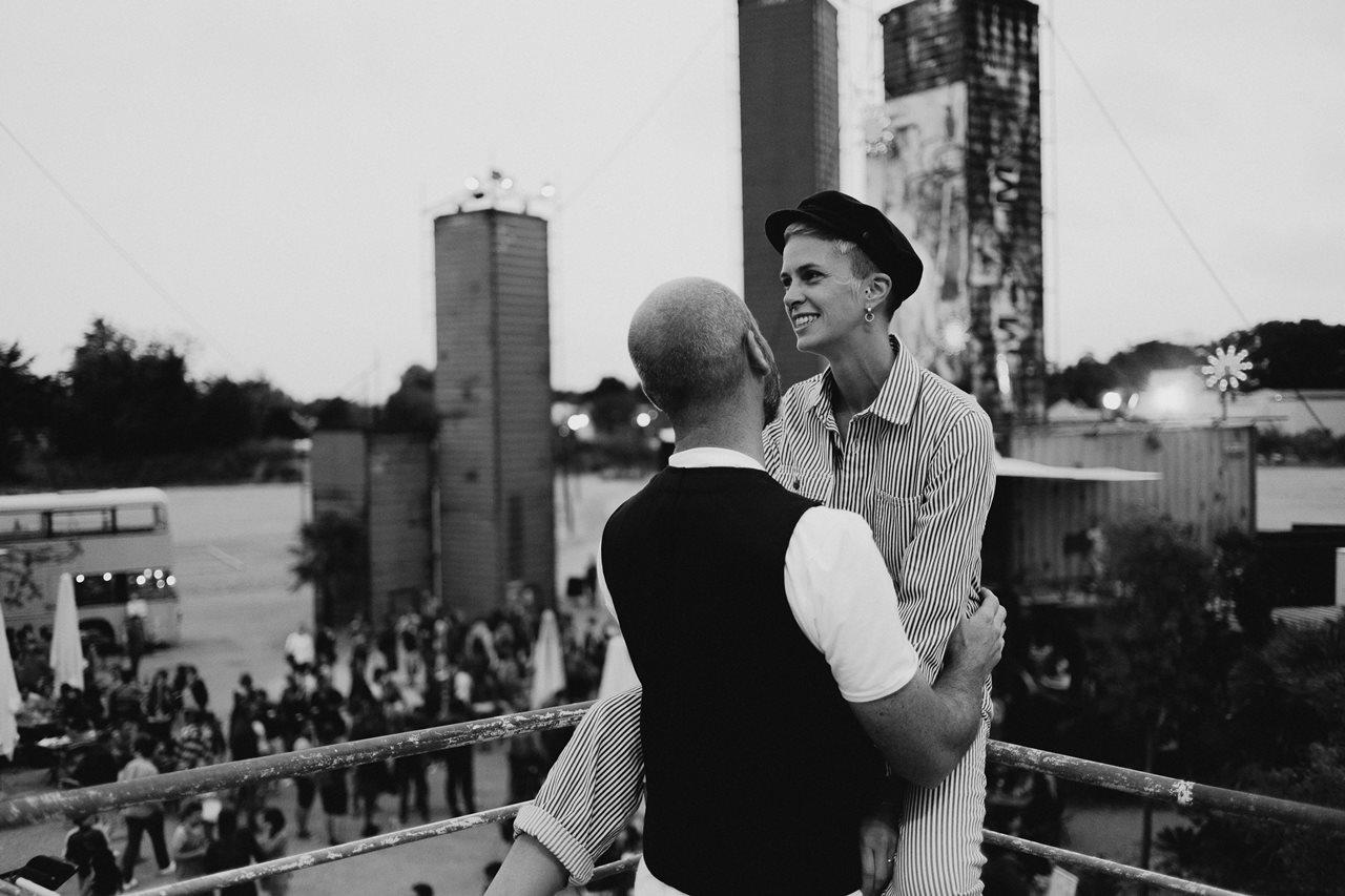seance couple Nantes Transfert calin amoureux noir et blanc