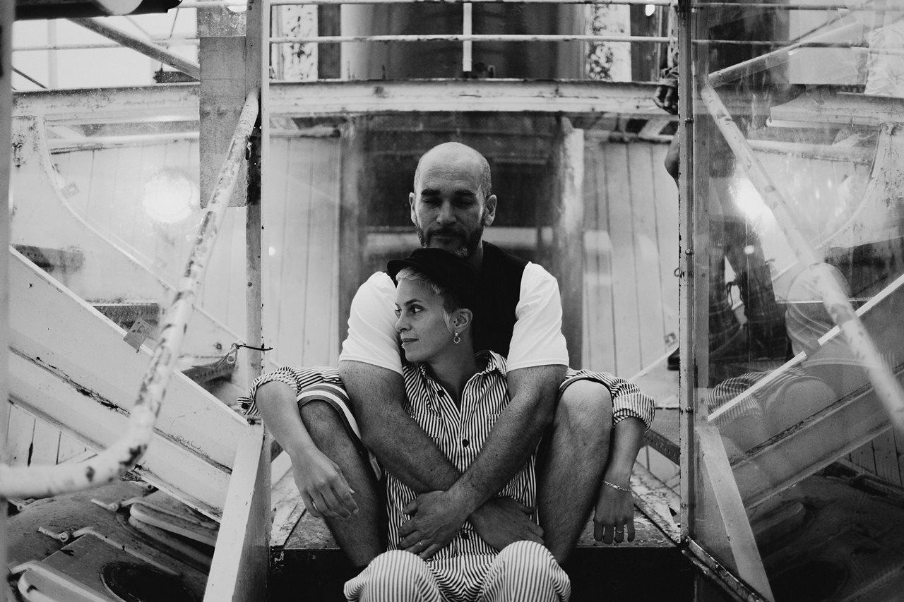seance couple Nantes Transfert photo amoureux bateau remorquer noir et blanc