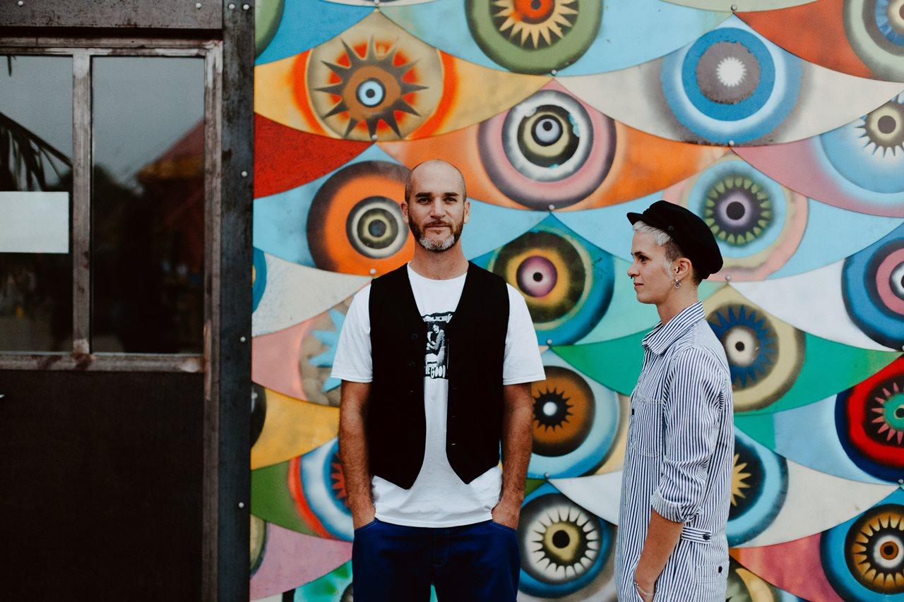 seance couple Nantes Transfert photo amoureux mur oeil coloré