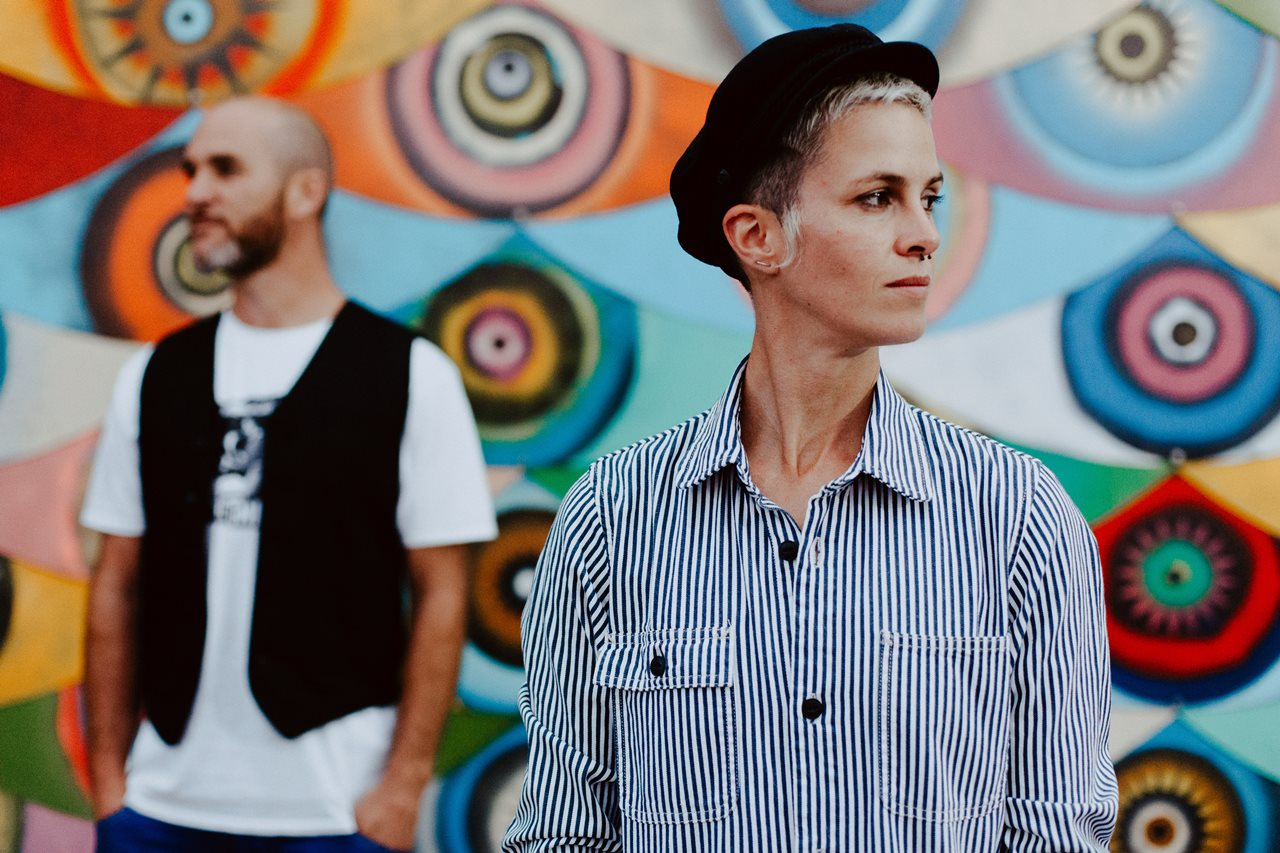 seance couple Nantes Transfert portrait amoureux décalé mur oeil coloré