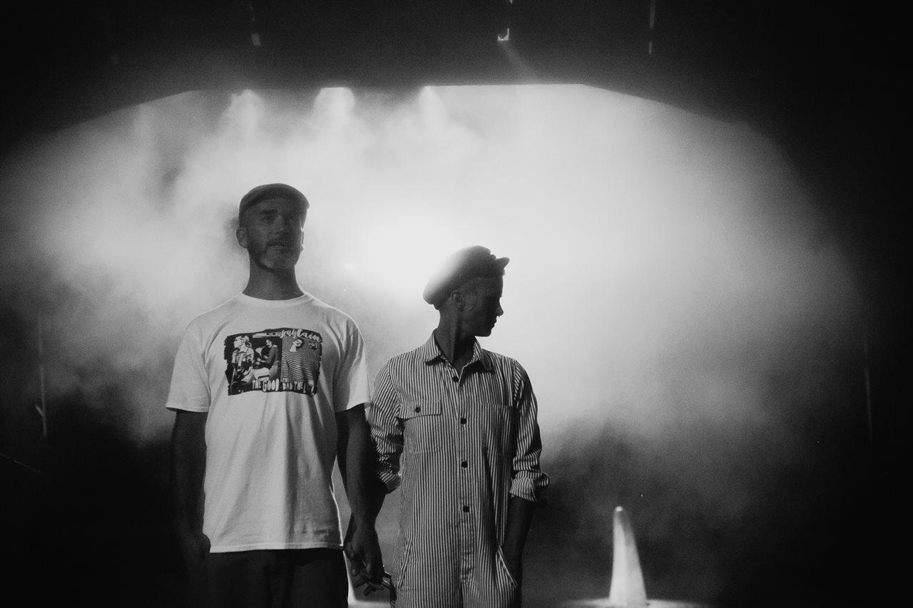 seance couple Nantes Transfert portrait couple brume noir et blanc