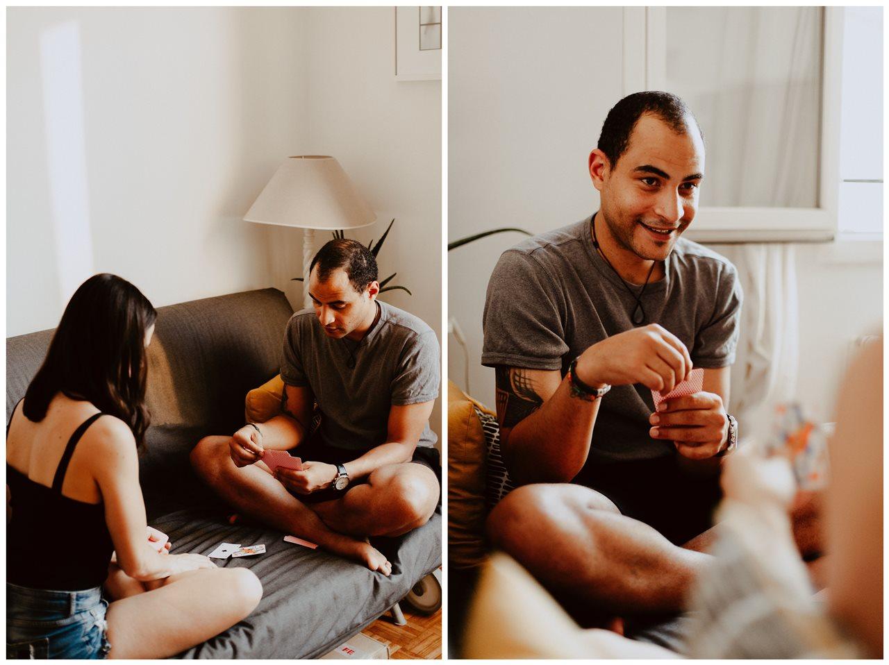 seance-couple-intimiste-maison-détente-canapé-jeu-cartes-portrait