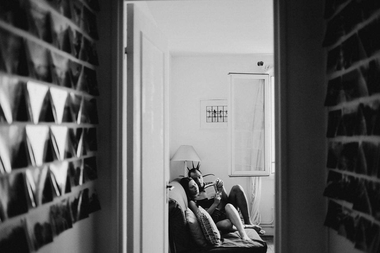 seance-couple-intimiste-maison-calin-canapé-noir-blanc