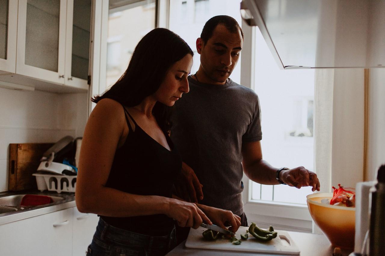 seance-couple-intimiste-maison-cuisine-coupe-légumes