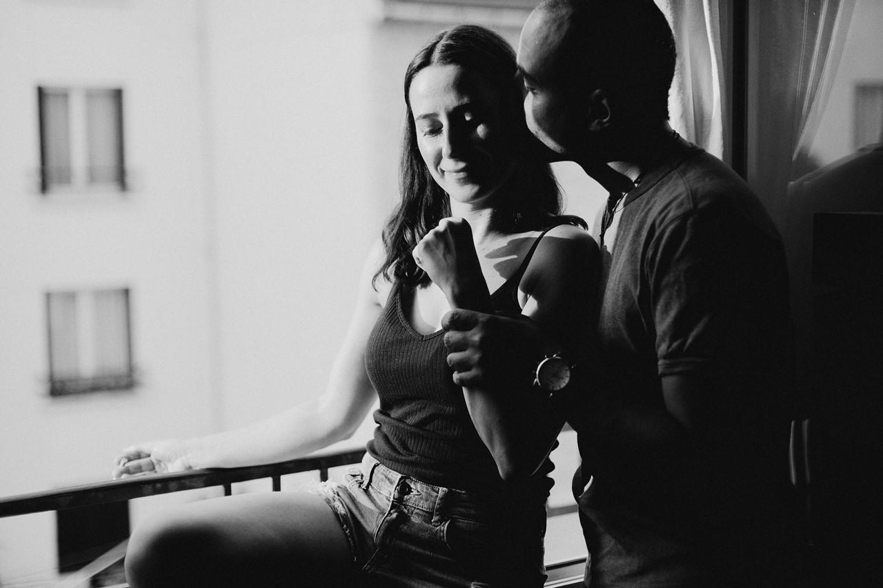 seance-couple-intimiste-maison-fenêtre-calin-noir-et-blanc