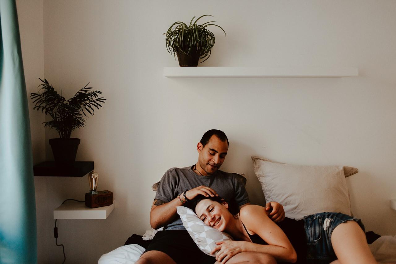 seance-couple-intimiste-maison-chambre-moment-calin-lit-complicité