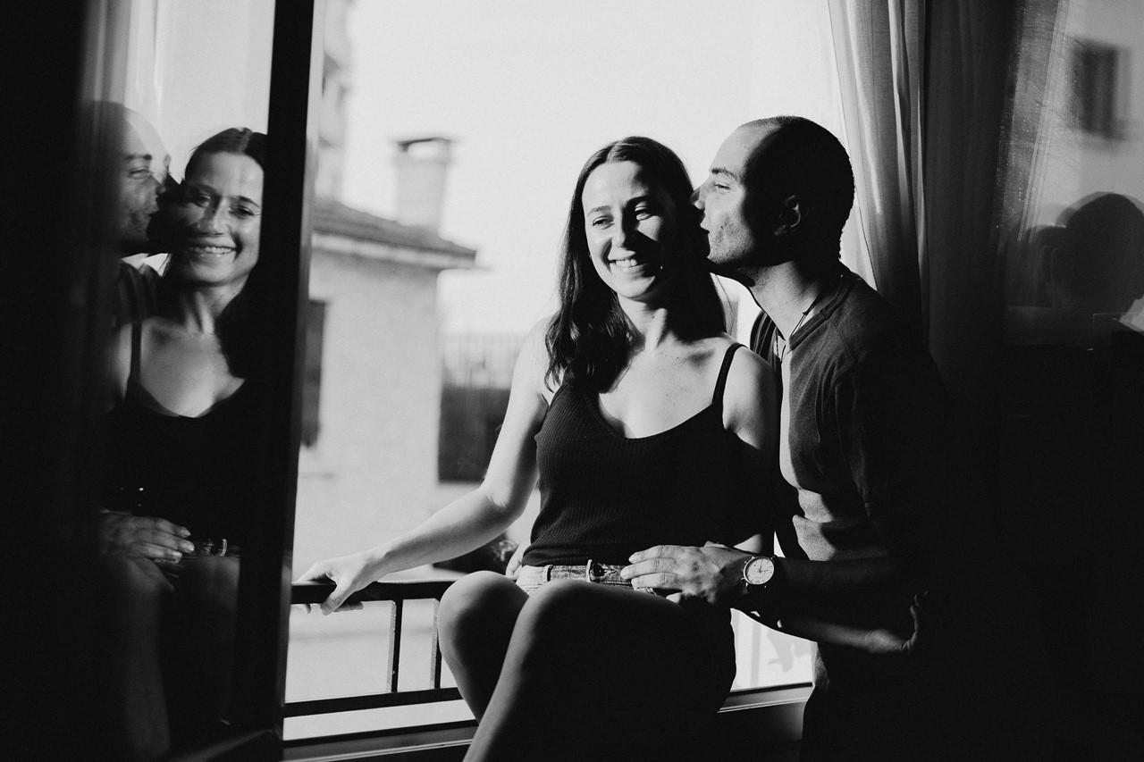 seance-couple-intimiste-maison-fenêtre-calin-rires-noi-et-blanc
