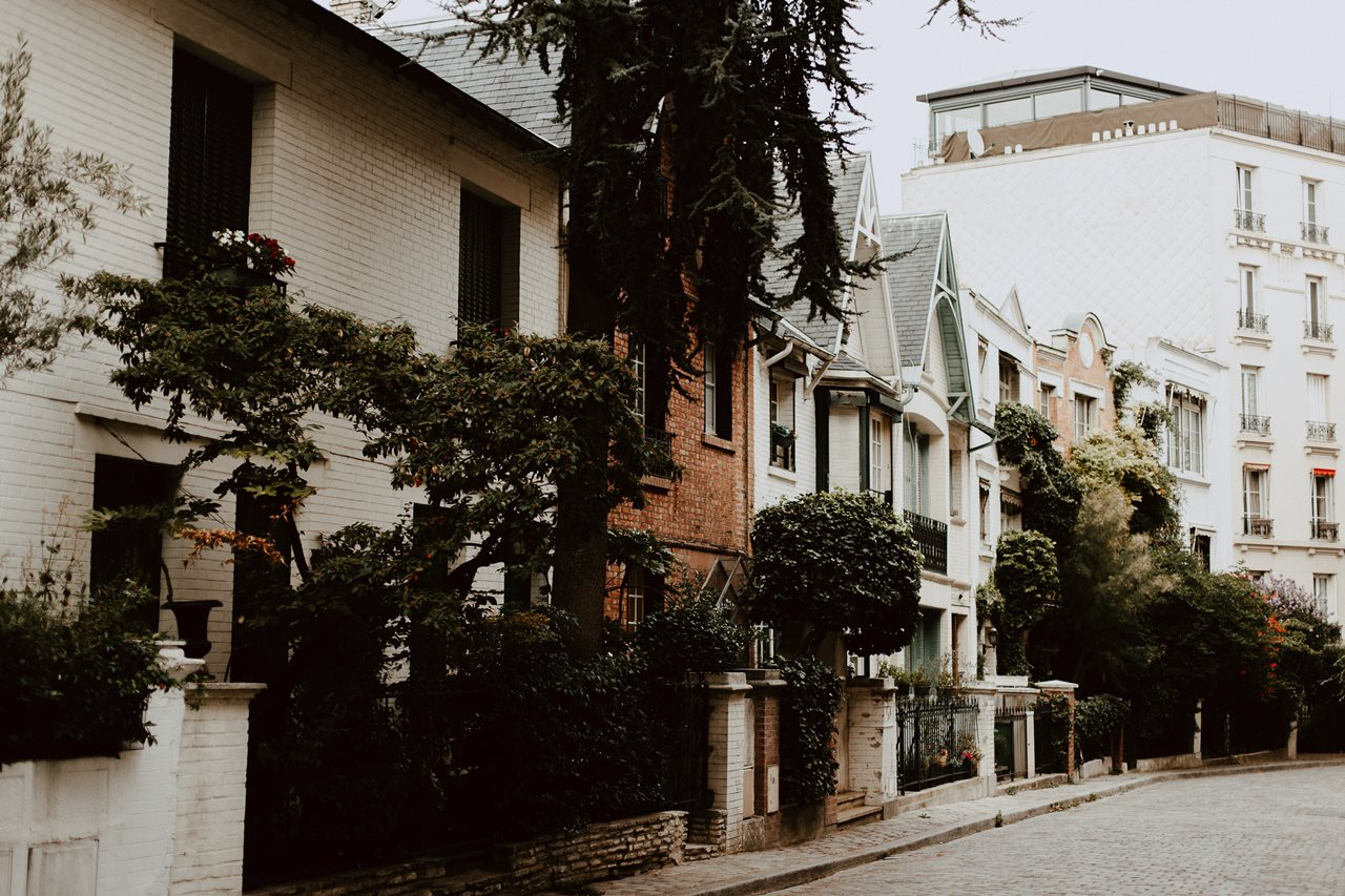seance engagement paris montmartre ruelle facades maisons