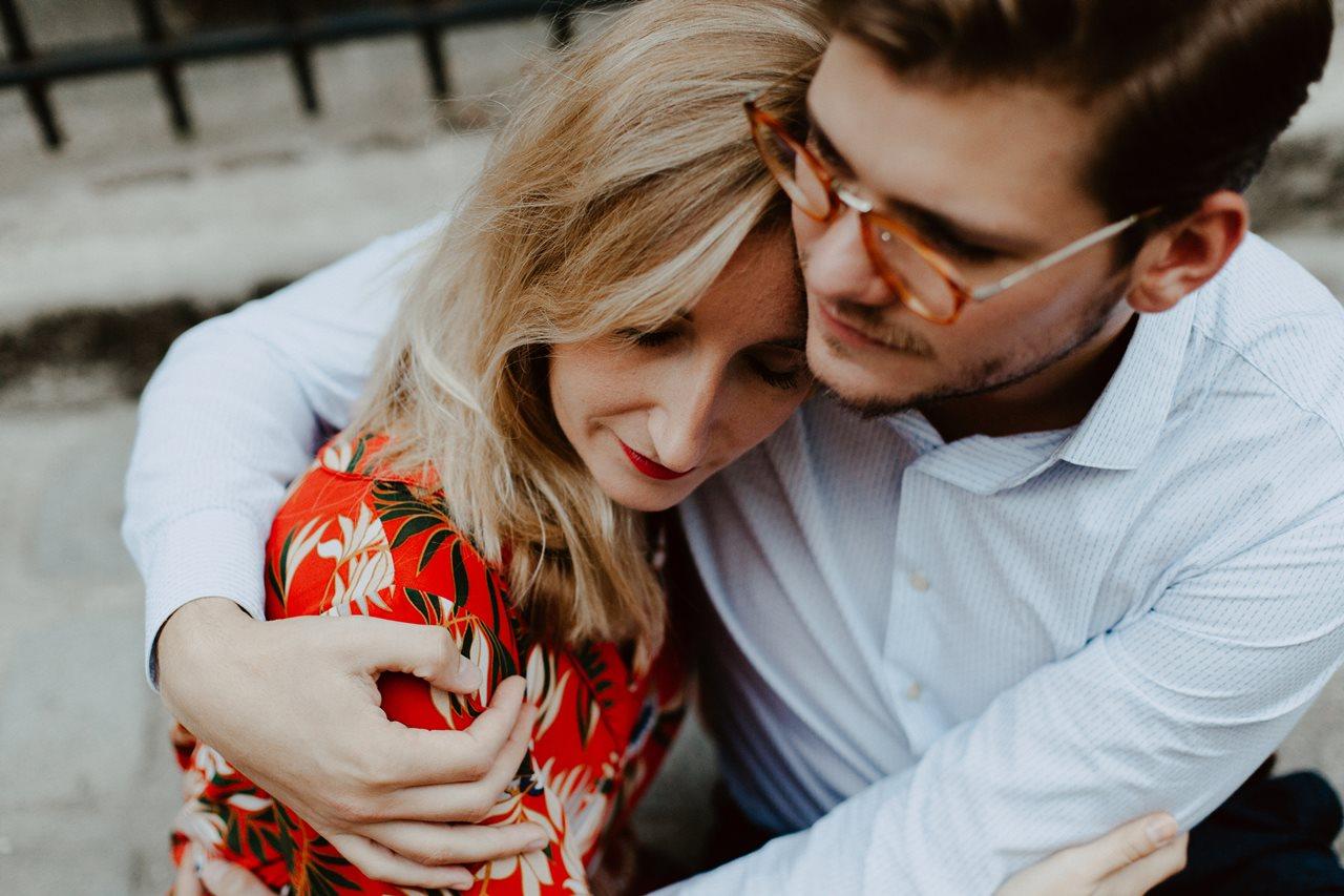 seance engagement paris montmartre couple calin rapproché l'un contre l'autre