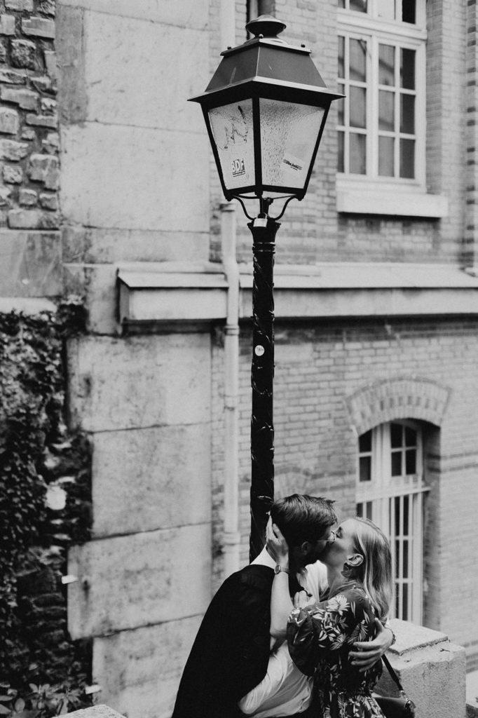 seance engagement paris montmartre couple baiser lampadaire noir et blanc