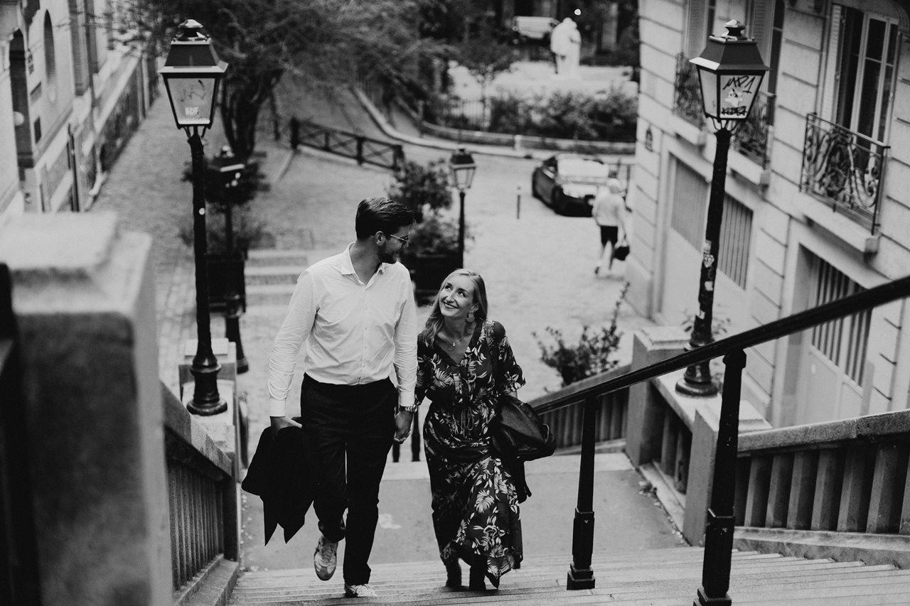 seance engagement paris montmartre couple escalier noir et blanc