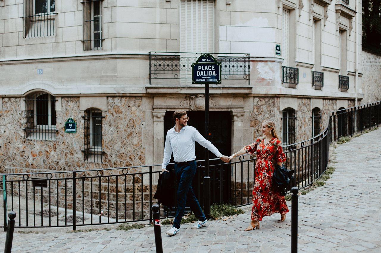 seance engagement paris montmartre couple promenade ruelle main dans la main