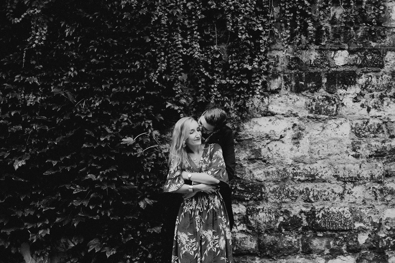 seance engagement paris montmartre couple calin mur feuilles noir et blanc