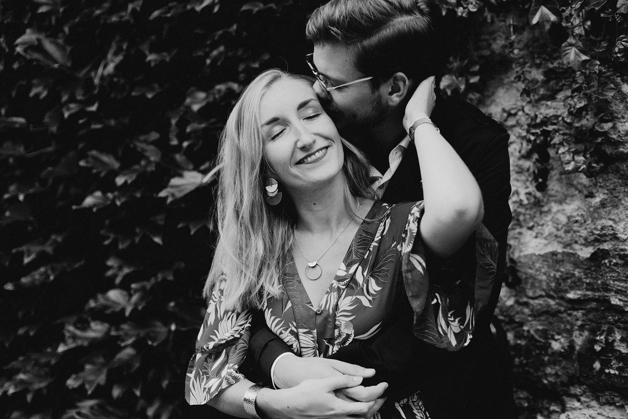 seance engagement paris montmartre couple calin sourire noir et blanc