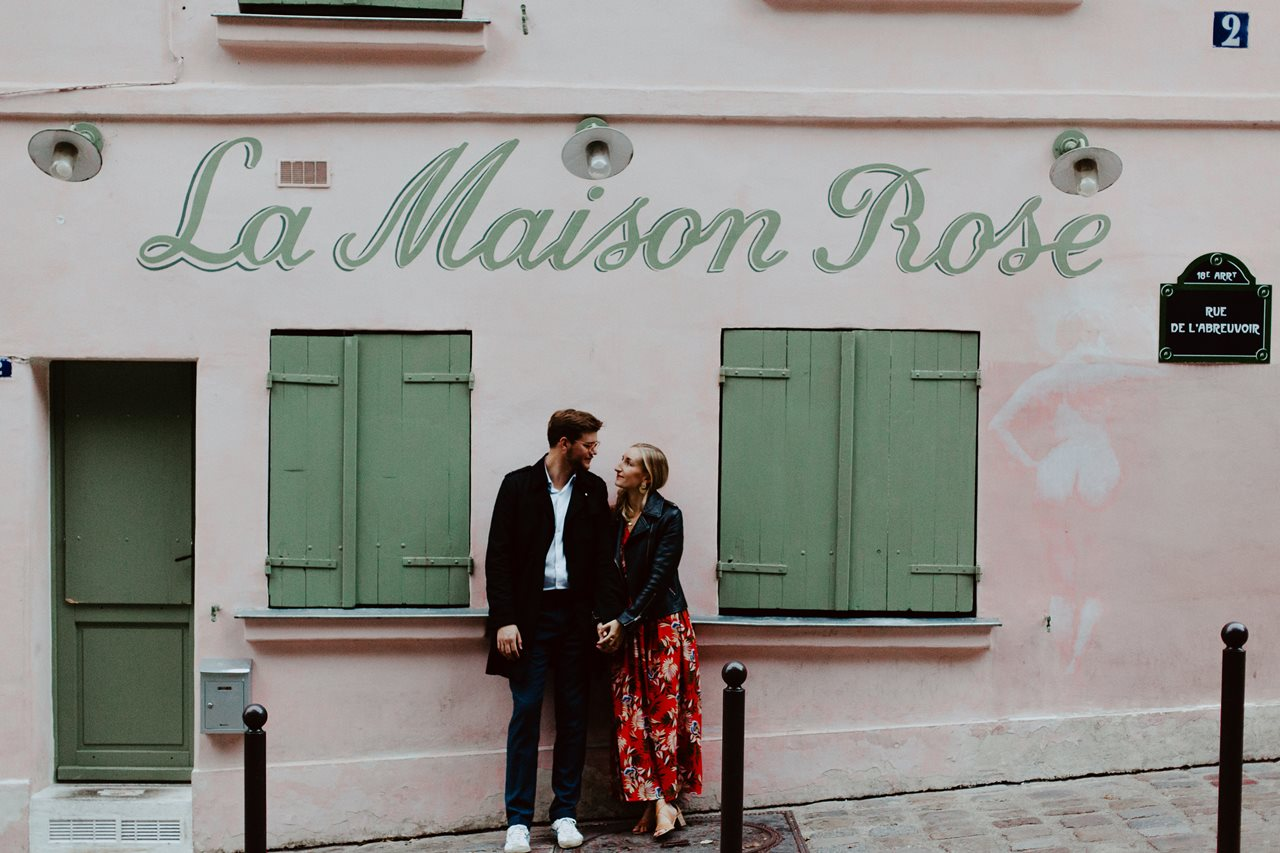 seance engagement paris montmartre couple la maison rose