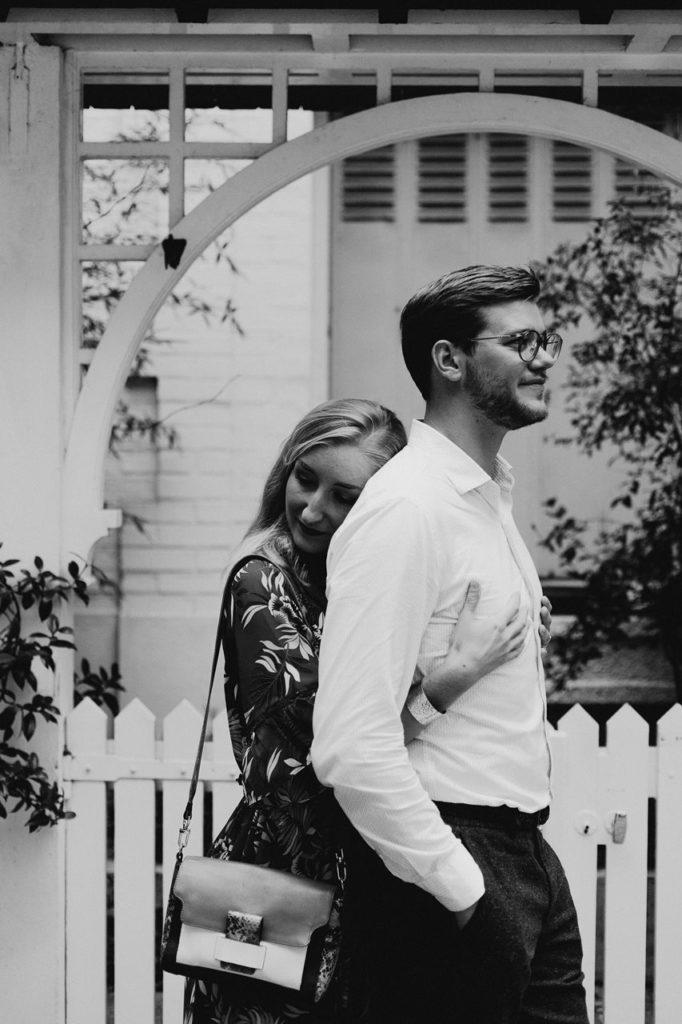 seance engagement paris montmartre couple calin façade maison noir et blanc