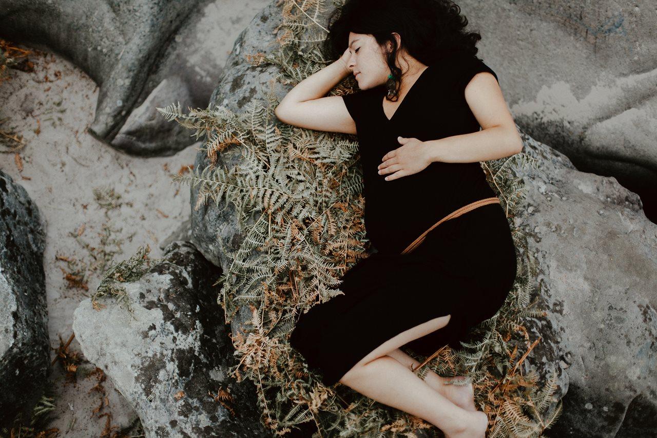 seance-maternité-nature-femme-enceinte-nid-rocher-fougères