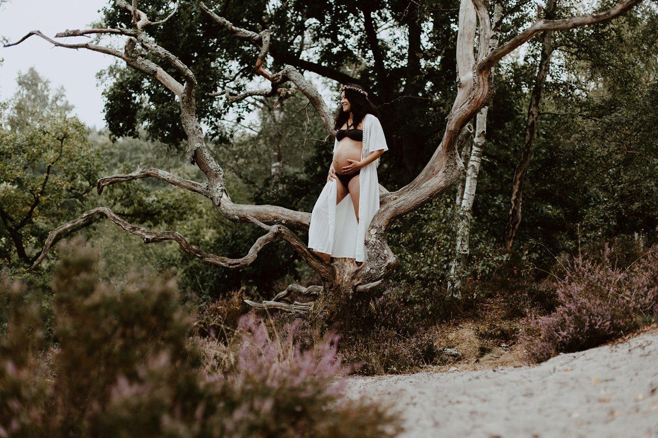 seance-maternité-nature-femme-enceinte-arbre-couronne-fleurs