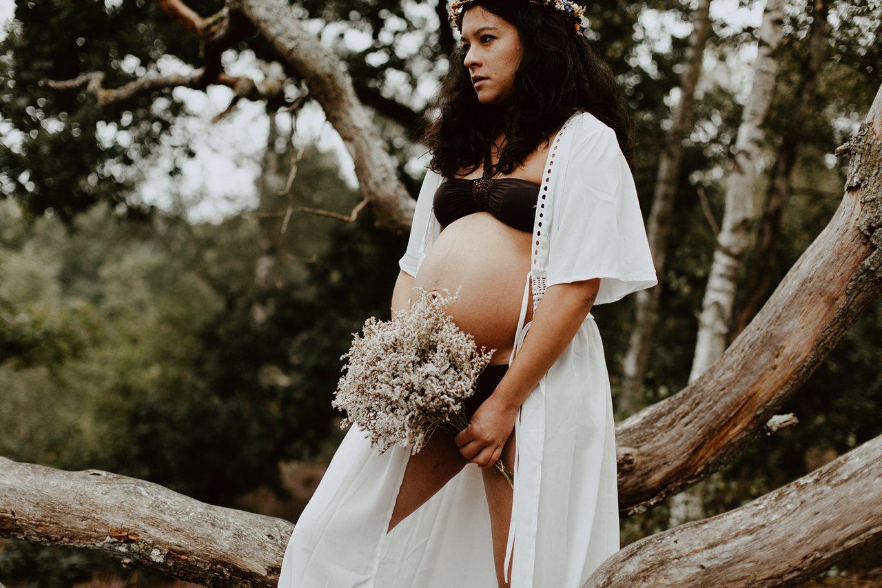 seance-maternité-nature-portrait-femme-enceinte-arbre-fleurs