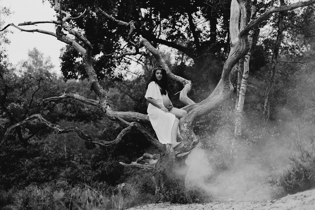 seance-maternité-nature-femme-enceinte-arbre-fumée-noir-et-blanc